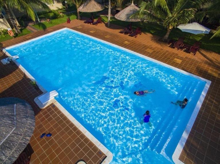 Bể bơi xanh mát là điểm nhấn của reosrt 3 sao Hồ Tràm Hương Phong Hồ Cốc.