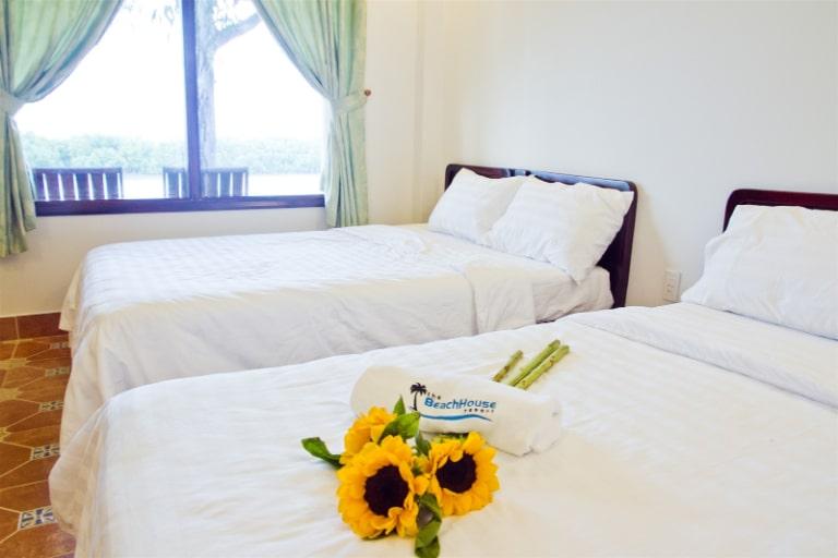 Phòng ngủ đơn giản, sạch sẽ được nhiều người đánh giá cao.