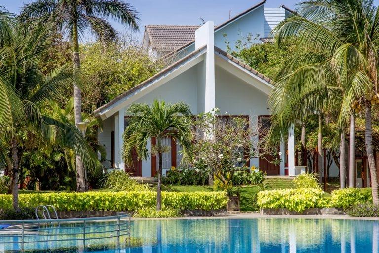 Các kiến trúc của resort 4 sao Carmelia ẩn hiện dưới tán cây xanh mát.