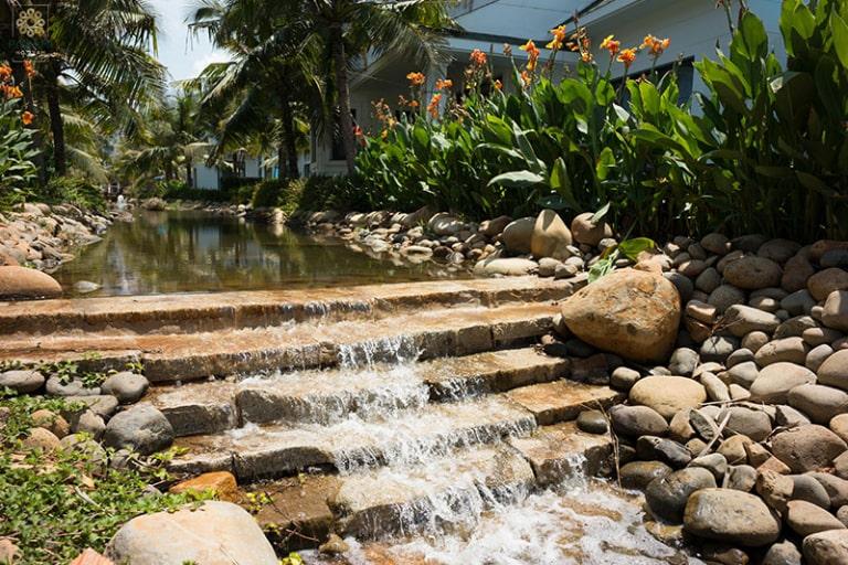 Tiểu cảnh tạo âm thanh róc rách dễ chịu trong khuôn viên resort