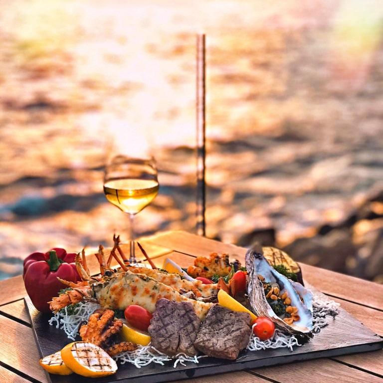 Bữa tối lãng mạn bên biển hoàng hôn.
