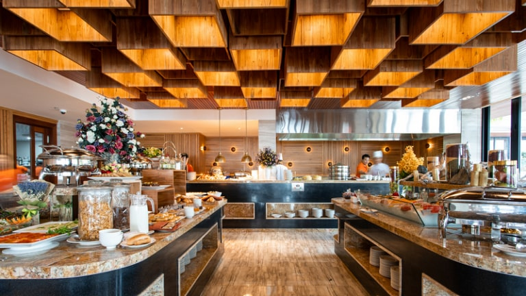 Nội thất màu gỗ ấm áp tại khu vực nhà hàng của Marina