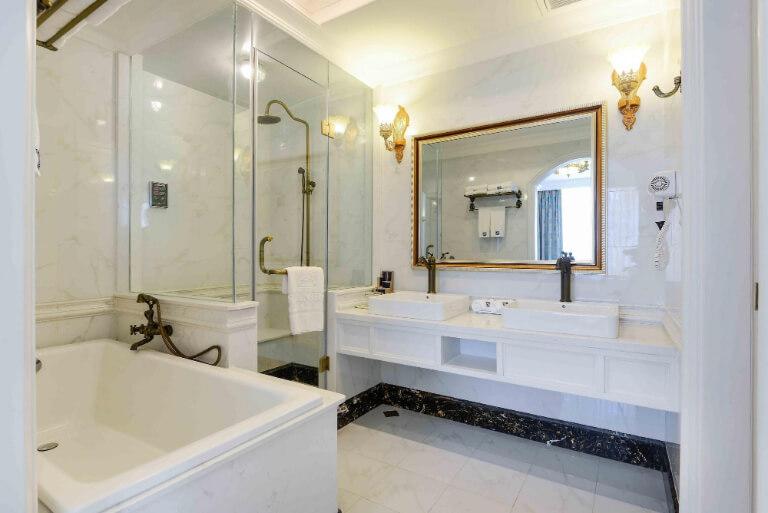 Phòng tắm có không gian rộng rãi