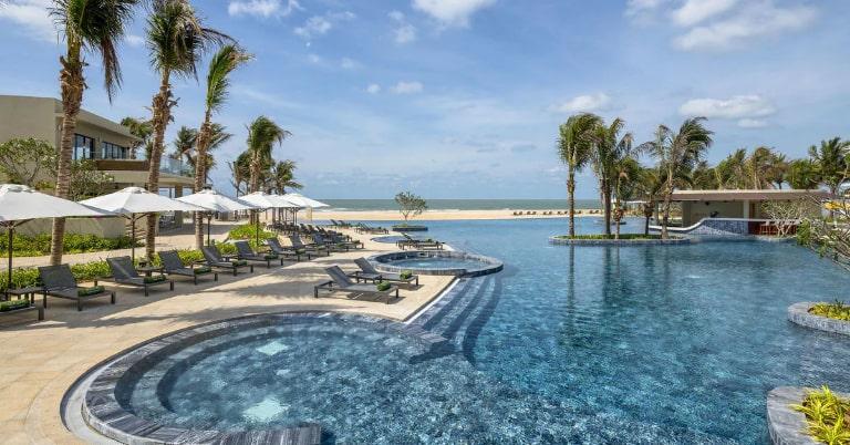 Bể bơi tiện ích của resort Melia
