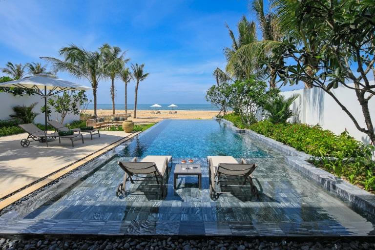 Bể bơi view biển của resort Melia Hồ Tràm