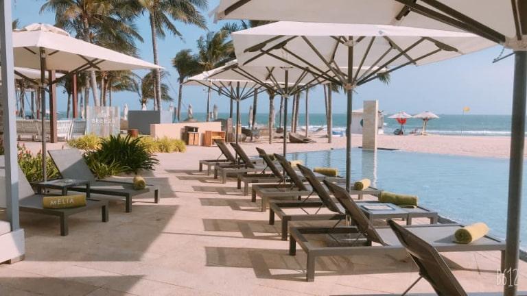Khu vực ghế nghỉ ven bể bơi tại Melia resort.