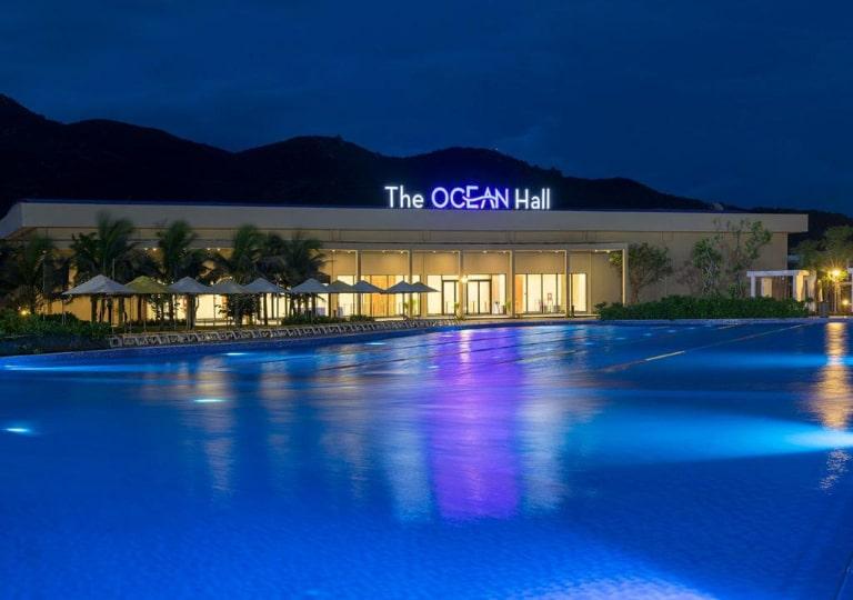 Bể bơi có diện tích cực lớn nằm ở trung tâm resort