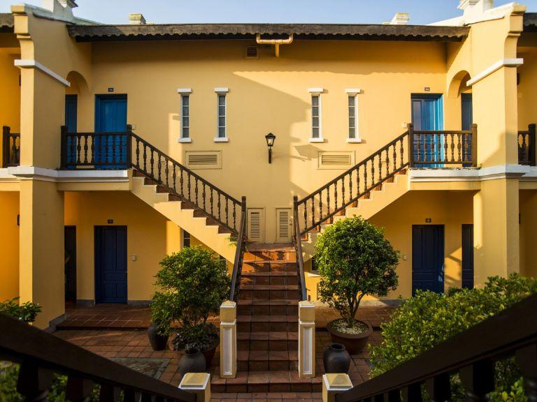 Những bậc cầu thang cổ điển của resort Hội An