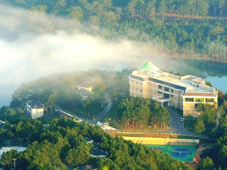 Khu resort Edensee chìm trong sương
