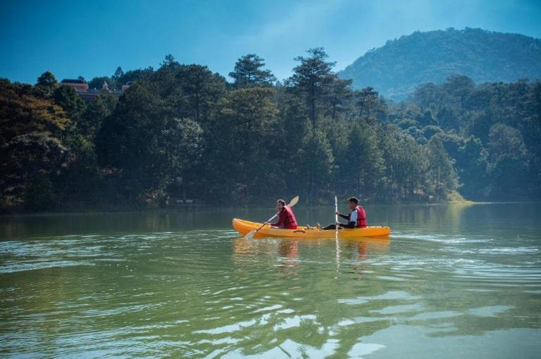 Chèo thuyền Kayak - hoạt động ngoại khóa nổi bật tại resort Đà lạt