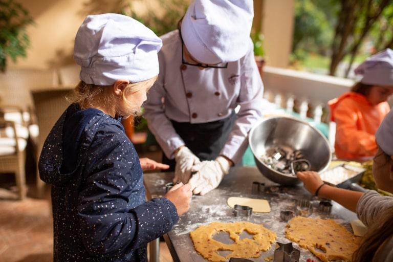 Các bé hứng thú với hoạt động làm bánh quy tại resort Dalat Edensee