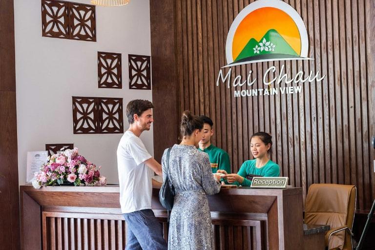 Nhân viên Mai Châu Moutain View niềm nở phục vụ khách hàng