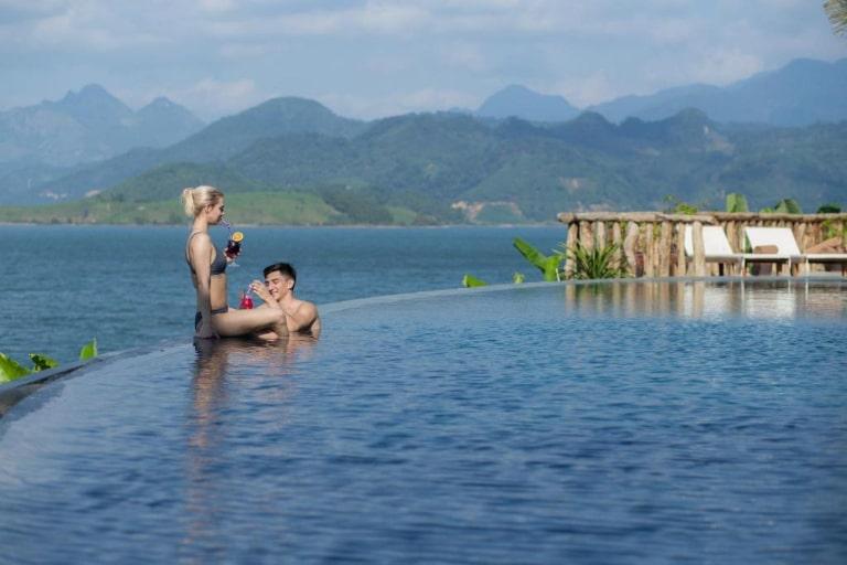 Bể bơi vô cực siêu lãng mạn tại resort 4 sao Hòa Bình