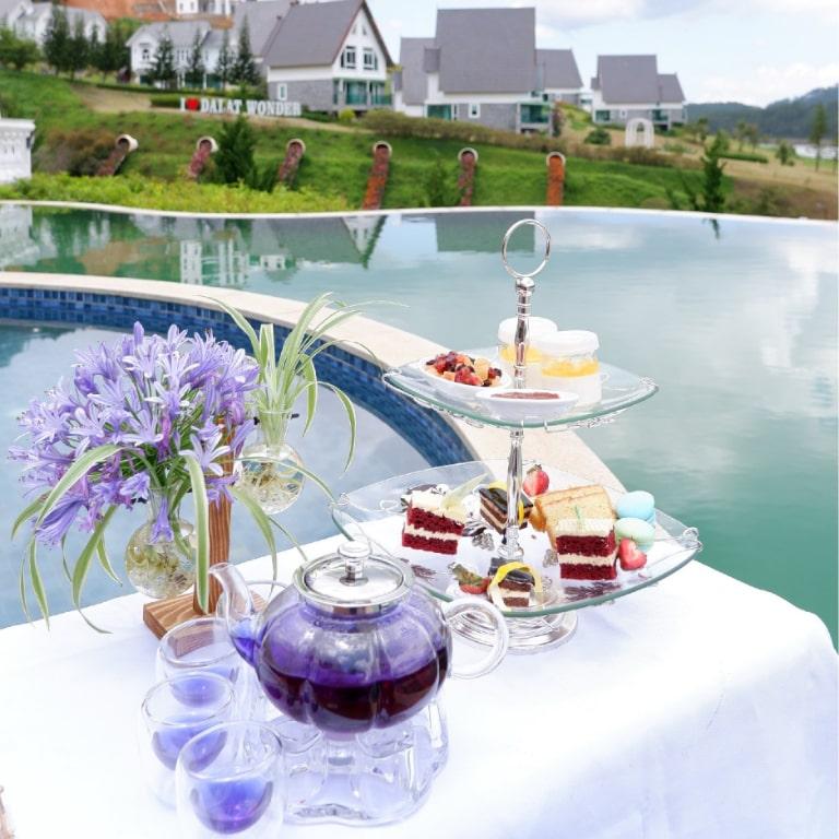Set trà chiều cao cấp bên hồ bơi tại resort Đà Lạt Wonder