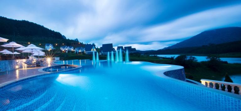 Bể bơi vô cực ấn tượng của resort Dalat Wonder