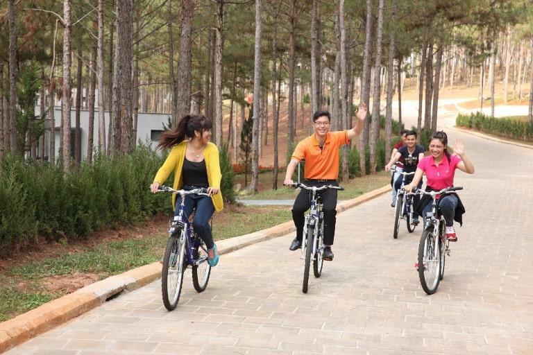 Du khách sảng khoái khi đạp xe ven hồ