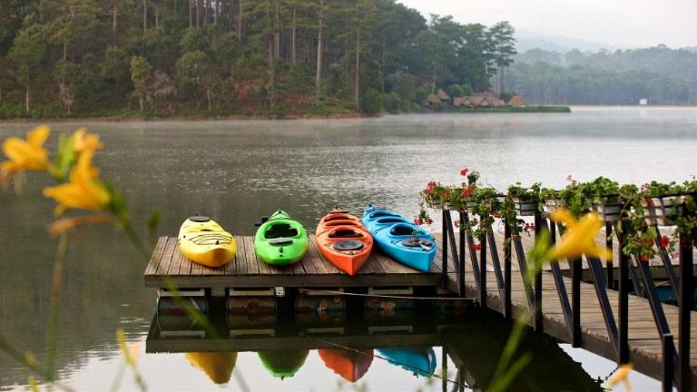 Du khách resort Bình An thích thú với hoạt động chèo thuyền Kayak
