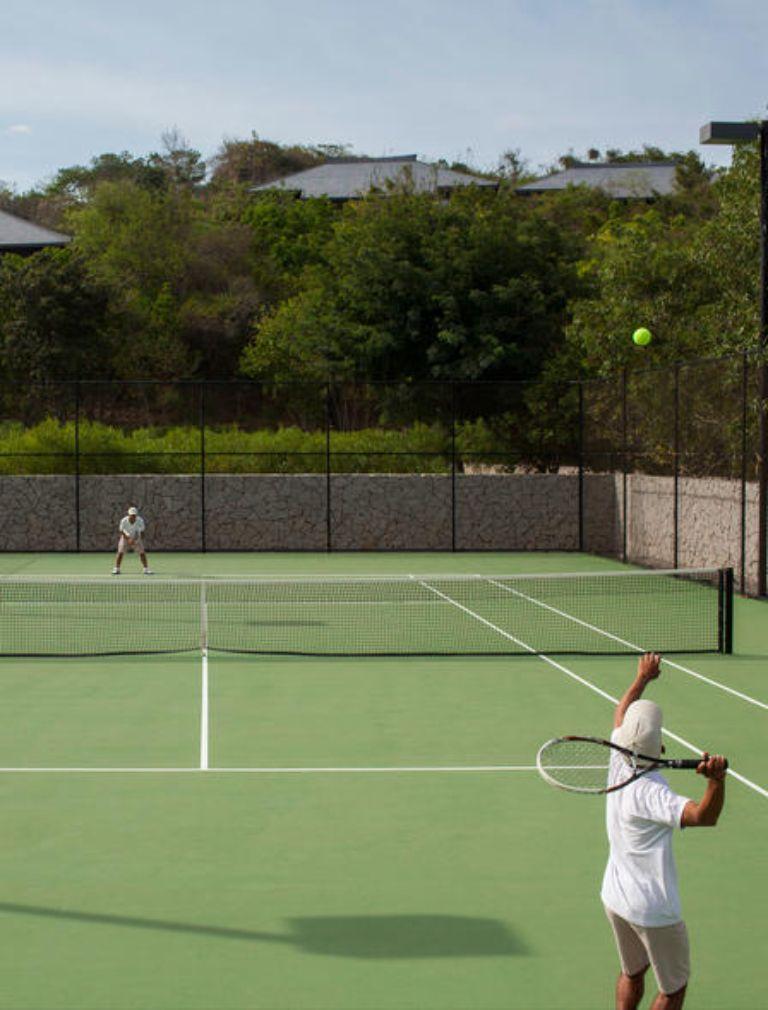 Sân tennis tại resort Amanoi
