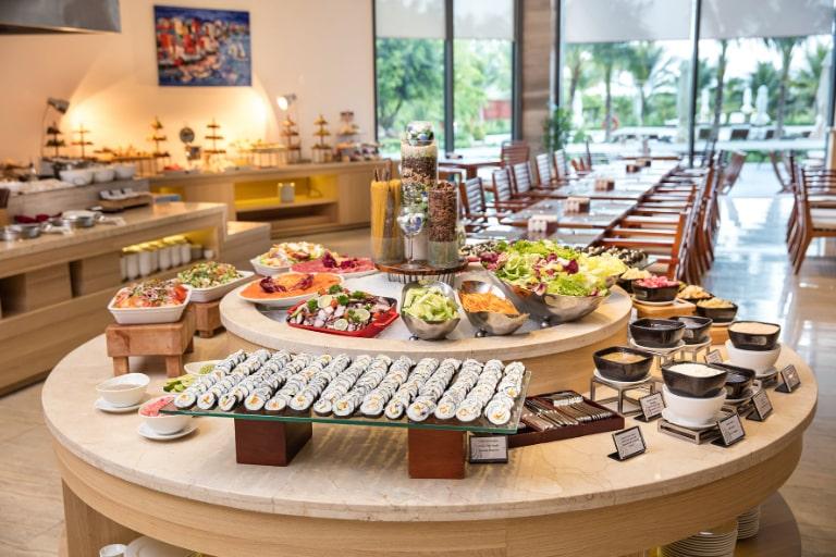 Buffet sáng miễn phí là dịch vụ tại resort Cam Ranh Riviera