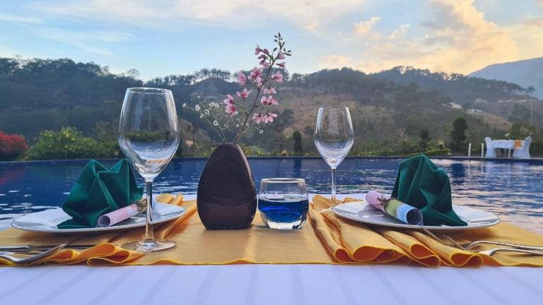 Bữa tối bên bể bơi vô cực lãng mạn dưới ánh hoàng hôn.