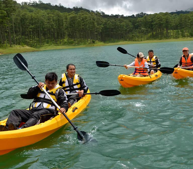 Du khách resort Edensee chèo thuyền quanh hồ Tuyền Lâm