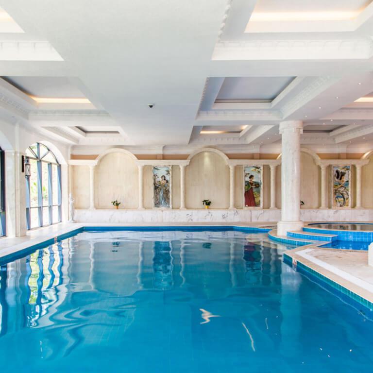 Hồ bơi nước ấm trong nhà của resort Edensee