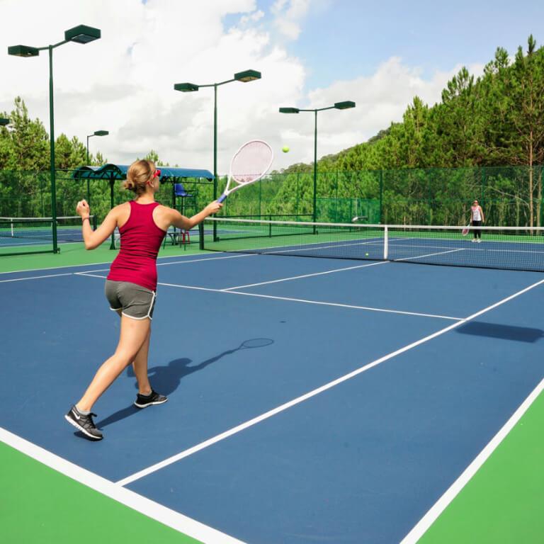 Đổ mồ hơi cùng những bước chạy trên sân tennis