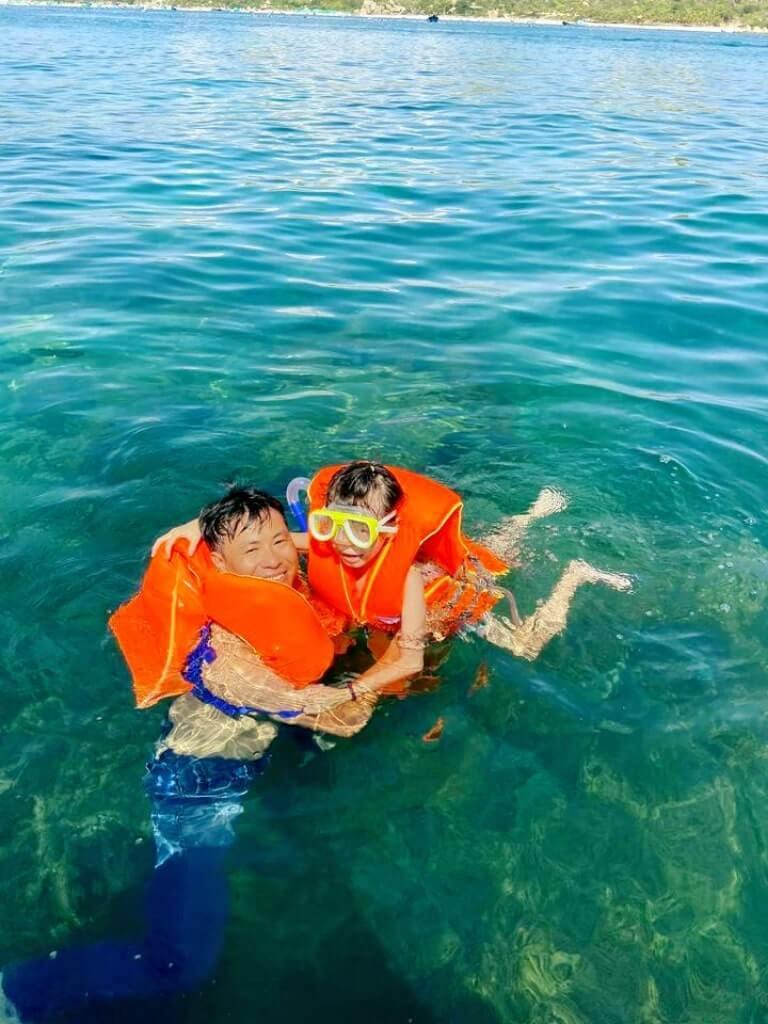 Cha và con lặn biển tại resort Escalade