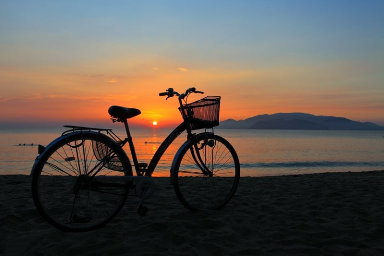 Hoạt động đi dạo ven hồ bằng xe đạp
