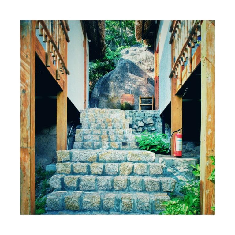 Con đường lẫn lên phòng là các bậc thang bằng đá