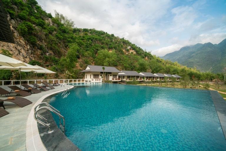 Hồ bơi trung tâm của Mai Châu Moutain View resort