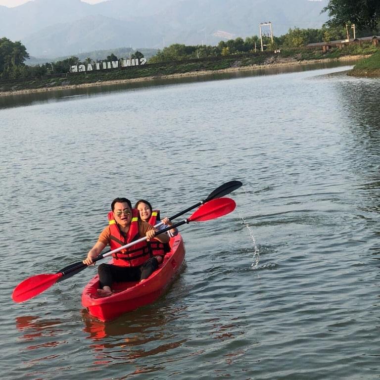 Cùng nhau vận động với thuyền kayak.
