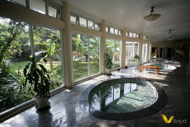 Bể khoáng nóng được nhiều du khách đến V resort yêu thích
