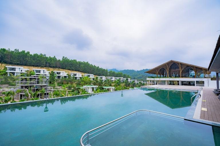 Bể bơi vô cực tại Irovy resort Lương Sơn