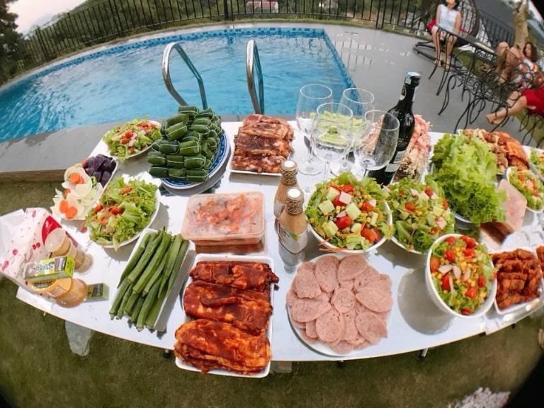 Bàn ăn đa dạng tại Beverly Hill Hòa Bình