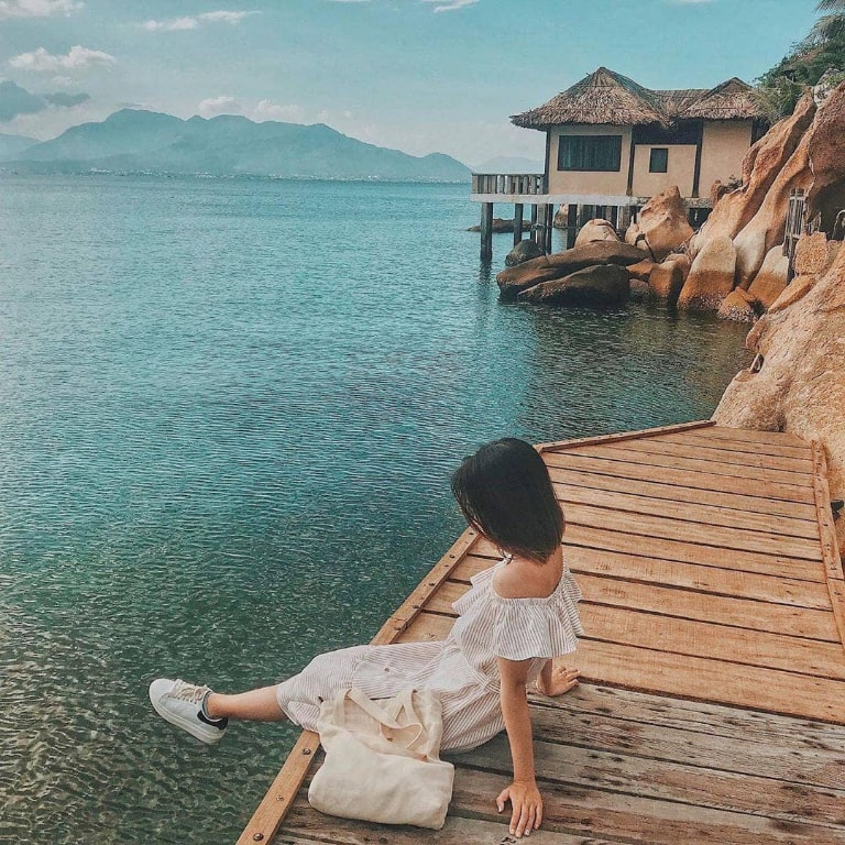 Nàng thơ dịu dàng bên bờ biển trong xanh