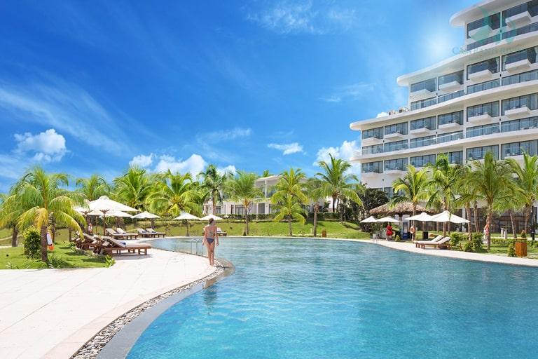 Khu vực Beach Pool nổi bật với diện tích siêu khủng tại Riviera Cam Ranh