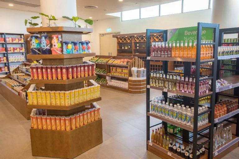 Cửa hàng tạp hóa với nhiều loại mặt hàng trong khuôn viên resort Alma