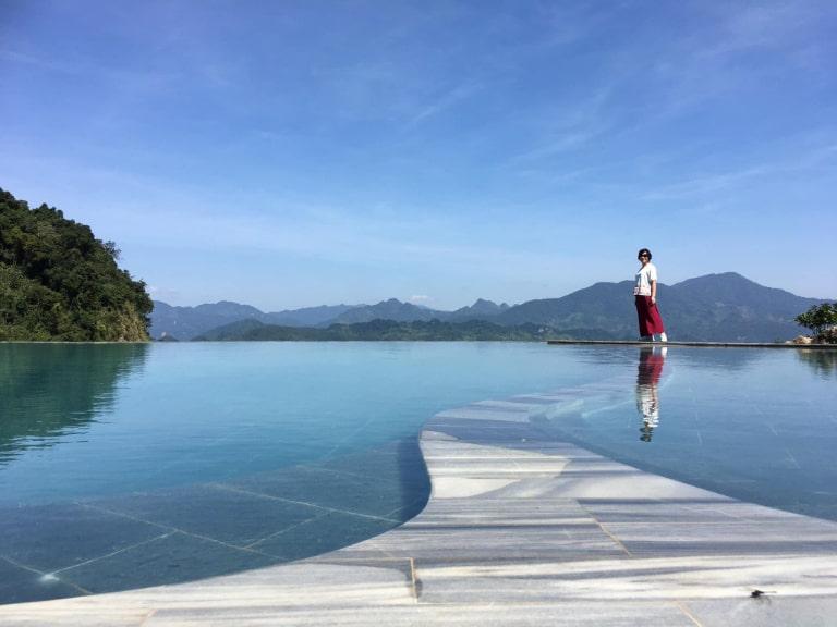 Bể bơi vô cực giữa resort Mai Châu