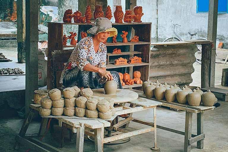 Làng Gốm Thanh Hà với các sản phẩm được thiết kế và làm thủ công bởi tay nghề của các thợ lâu năm mang nhiều kiểu dáng, màu sắc,...