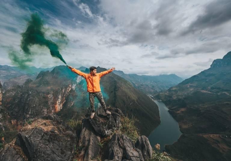 Núi Cấm Sơn mang vẻ đẹp nguyên sơ đầy cuốn hút và ấn tượng với những vách núi cao như chạm mây