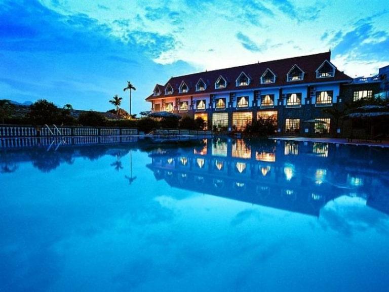 Bể bơi cực rộng là điểm cộng sáng giá của V resort