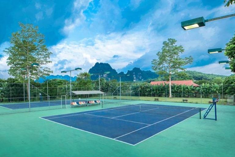Sân tennis đạt chuẩn tại resort Hòa Bình